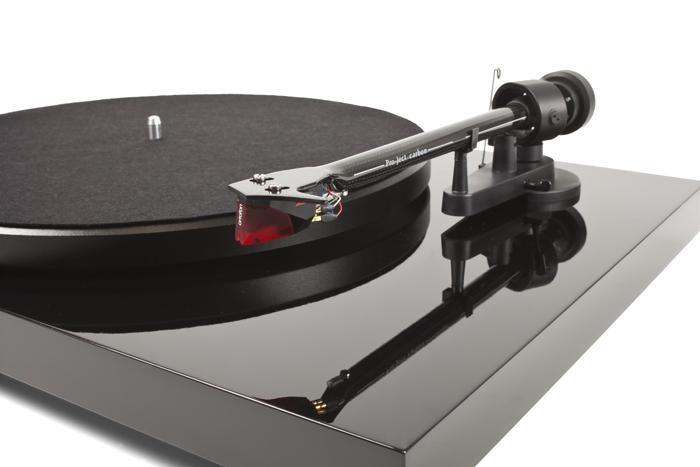 Pro-Ject Debut Carbon DC levysoitin Ortofon 2M-Red äänirasialla